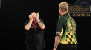 ted-hankey-v-simon-whitlock-william-hill-grand-slam-of-darts-lawrence-lustig-pdc_a04pvenecrq917vicl55xuvfp